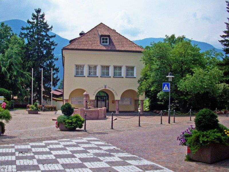 Dorfplatz mit Rathaus